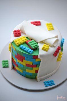 Tarta Lego: una #tarta de #lego para celebrar el cumpleaños! #fondant #cake @frostingbcn