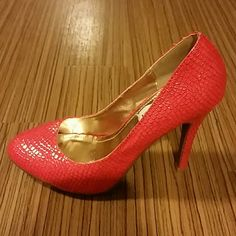 "Steve Madden P-Ronno coral NEW without tag Steve Madden P-Ronni Coral pumps Genuine leather . Round Toe Pump 4"" heel Size 7 Soft padded footbe Glossy Steve Madden Shoes Heels"
