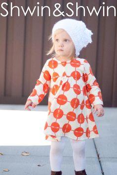 En plus de son imprimé original et déterminé, cette robe appelée Carolina est vraiment adorable. Plutôt classique, elle présente des manches longues (parfaites pour l'automne ou le début du printemps) et une découpe évasée dans le bas.La jupe est légèrement froncée sur le devant ce qui lui confère un joli drapé. Le dos est tout droit et la robe se ferme par une fermeture à glissières.