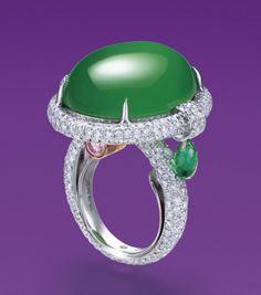 AN EXCEPTIONAL JADEITE AND MULTI-GEM ORPHEUS RING, BY ANNA HU古玉豎琴翡翠戒,在香港佳士得以美金259萬元成交,創下全球華人當代珠寶藝術家拍賣最高紀錄