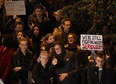 Manifestantes exibiram cartazes e gritaram palavras de ordem contra o partido Alternativa para a Alemanha (AfD), que obteve cerca de 13% dos votos na eleição legislativa e será a primeira sigla radical de direita no Parlamento desde o fim da 2ª Guerra