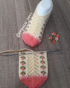 No photo description available. Zig Zag Crochet, Crochet Baby Poncho, Crochet Round, Crochet Hats, Poncho Knitting Patterns, Loom Knitting, Knitting Socks, Crochet Patterns, Knitted Slippers