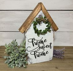 House Shaped Sign with Stained Roof and Wreath Shelf Sitter Wood Block Crafts, Wooden Crafts, Wood Projects, Craft Projects, Fall Candles, Diy Signs, E Design, Roof Design, Craft Fairs