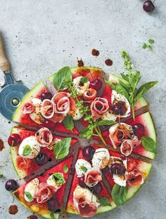 Not only does this watermelon pizza look beautiful, it's nutrient-rich, tastes delicious and can easily be prepared in advance. Tuck right in! Raw Food Recipes, Wine Recipes, Cooking Recipes, Delicious Recipes, Watermelon Pizza, Breakfast Photography, Food Photography, Fancy Dishes, Beach Dinner