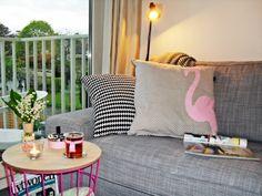 Meteen was ik #verliefd op het #flamingo #kussen // #roze #retro #wit #zwart #lamp #woonkamer #kussens #Ikea #Hema #mand #tafeltje #tasje #vaasje #meiklokjes #asbakje #vtwonen #tijdschrift #leeshoekje #interieur #decoreren #interieurs