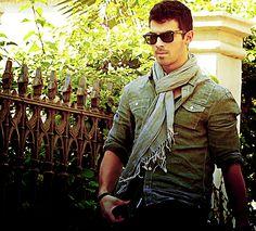 Joe Jonas. OH MY GOD THAT SCARF. ON YOU. IS YUM.