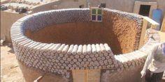 Dans le Sahara un réfugié construit des maisons à partir de bouteilles en plastique