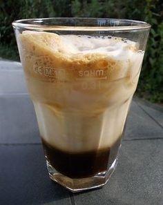 Osvěžující ledová káva připravená doma a bez šejkru. Jestli si ji dáte s cukrem, šlehačkou nebo zmrzlinou, to už necháme na vás. Pint Glass, Smoothies, Food And Drink, Pudding, Tea, Coffee, Cooking, Tableware, Desserts