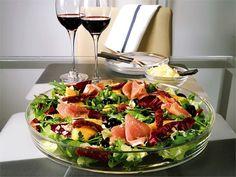 Italialainen antipasto-salaatti on oivallinen illanistujaisten tai tupaantuliaisten suolainen tarjottava. Just Eat It, Cooking Recipes, Healthy Recipes, My Cookbook, Halloumi, Yams, Food Inspiration, Pasta Salad, Salad Recipes