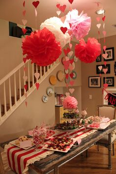 valentine decor closeup. Must make this table runner!!!