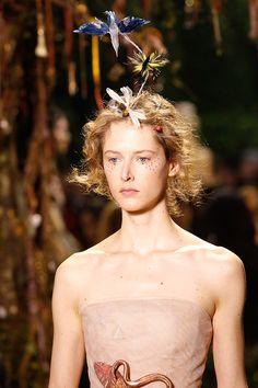 Los tocados de Christian Dior : Zoológico volador con plumas