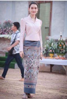 Traditional Thai Clothing, Traditional Dresses Designs, Myanmar Traditional Dress, Traditional Outfits, Batik Fashion, Skirt Fashion, Fashion Dresses, Batik Dress, Silk Dress