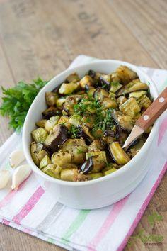 Simplu & bun! Vinete si dovlecei cu usturoi la cuptor :) Ingrediente: ulei masline 2 vinete medii taiate bucati 2 dovleci medii tocati grosier sare neiodata dupa gust 8 catei usturoi (sau dupa gust)… Raw Vegan Recipes, Healthy Salad Recipes, Lunch Recipes, Vegetable Recipes, Baby Food Recipes, Vegetarian Recipes, Cooking Recipes, Finger Food Appetizers, Appetizer Recipes