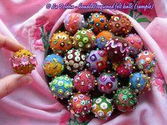ARTESANAL con cuentas de bolas fieltros hecho a mano con lentejuelas por La Polena joyería diseños 2014 .................. BOLAS DE FIELTRO CON