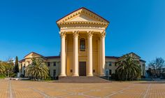 O Sochi Art Museum, em Sóchi. Art Museum, Mansions, House Styles, Home Decor, Saint Petersburg, Countries Of The World, Viajes, Continents, Monuments