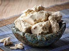 Halva ist eine Süßspeise, die zum größten Teil aus Sesamkörnern besteht. Wie genau das Dessert tatsächlich zubereitet wird, erfahren Sie in unserem Rezept.