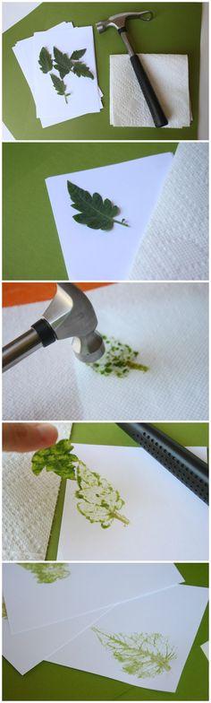 Crea sellos naturales martillando la silueta de las hojas de un árbol sobre papel.