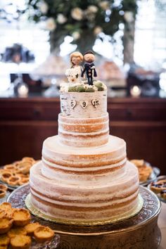 I love the little hearts for the wedding  date in the cake.