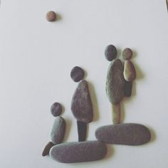 pebble art family - so sweet! Pebble Pictures, Stone Pictures, Stone Crafts, Rock Crafts, Pebble Painting, Stone Painting, Hobbies And Crafts, Arts And Crafts, Art Pierre