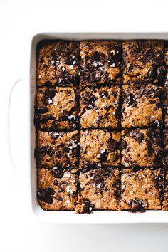 Vegan Pumpkin Swirl Brownies – fudgy oat flour brownie base marbled with spiced swirls of pumpkin on top. A gluten-free, oil-free, decadent fall dessert! Healthy Vegan Dessert, Cake Vegan, Vegan Sweets, Vegan Desserts, Healthier Desserts, Vegan Recipes, Sweet Recipes, Vegetarian Sweets, Healthy Bars