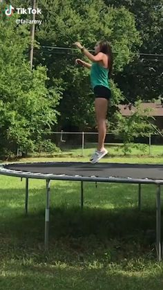 WCGW epic fail girl jumping on the trampoline Crazy Funny Memes, Really Funny Memes, Funny Video Memes, Stupid Memes, Funny Relatable Memes, Haha Funny, Funny Jokes, Funny Commercials, Funny Minion