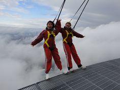 Talking a walk in the clouds on EdgeWalk at the CN tower  / Une promenade dans les nuages sur l'HAUT-DA CIEUX