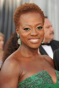 2012 Oscars - #ViolaDavis was stunning in green and the eyeliner added an extra pop of color