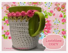 ❥Knit & Crochet Tea Cosies, Mug Hug Snugs and Cuppa Cosies. Crochet Mug Cozy, Crochet Gifts, Crochet Yarn, Crochet Flowers, Coffee Cup Sleeves, Easter Crochet, Crochet Kitchen, Crochet Toys Patterns, Beautiful Crochet