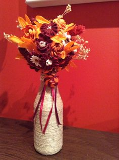 Tópiario, Flores hechas con cinta de pique y botella de cristal decorada con cuerda.