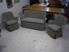50-luvun sohva kalusto Hiort af Ornäs , uudelleen verhoiltu ja pehmusteet uusittu. Lisänä tuli helmat, jotka eivät alkuperäiseen kuulu