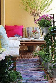 balkon dekokissen bepflanzen blumenkasten erholungsecke