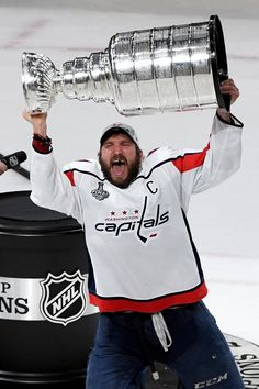 Alexander Ovechkin holding the Stanley Cup over his head is one of the greatest things I've ever seen. What a great player! Caps Hockey, Bruins Hockey, Hockey Teams, Ice Hockey, Hockey Stuff, Funny Hockey, Hockey Party, Flyers Hockey, Rangers Hockey