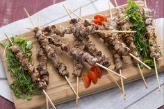 Gli arrosticini sono un secondo piatto tipico Abruzzese,  formati da spiedini di carne di ovino (castrato o pecora), tagliata in piccoli cubetti.Carne ovina arrosticini 800 gr Olio evo 30 g Rosmarino 1 rametto Sale 4 g