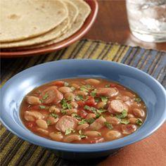 Frijoles Charros: Receta tradicional mexicana de frijoles con salchichas tipo Viena para una cena de entresemana