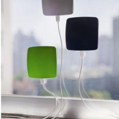 Le Goodies du Jour  http://www.sammtrading-leshop.fr/296205-window.html  Chargeur solaire XD design, boîtier ABS avec panneau solaire (7,5x7,5 cm), avec batterie lithium rechargeable 1400mAh, grande sortie USB, petite entrée USB, LED quand le chargement a lieu par mini USB ou par le soleil... Étant donné que le chargeur peut s'accrocher à une fenêtre, il est toujours face au soleil ce qui rend le processus de chargement solaire encore plus efficace.