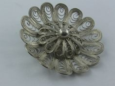 Art Deco filigree jewelry: large silver brooch of silver (Ag 835). Diameter about 5 cm. Vintage [20% Off have already been deducted] This enchanting and very filigree brooch is characterized by its equally graphic and playful look. Material: silver (Ag 835) [Silver with a