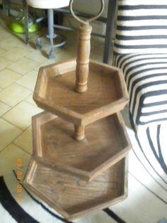 desserte ou bout de canapé à trois plateaux en bois de différentes dimensions tournant sur un axe en fer forgé.....léger idéal pour une déco très cocooning....!!!