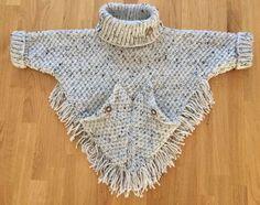 Crochet Baby Poncho, Crochet Poncho Patterns, Crochet Girls, Crochet Woman, Baby Knitting Patterns, Knit Crochet, Woolen Clothes, Knitted Baby Clothes, Girls Poncho