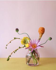 Modern, minimal and colorful wedding flower arrangement Love Flowers, Beautiful Flowers, Wedding Flowers, Bouquet Wedding, Purple Wedding, Silk Flowers, Flower Vases, Flower Art, Sogetsu Ikebana