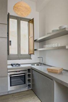 Cocina con microcemento en estantes, encimera y mueble en color plata