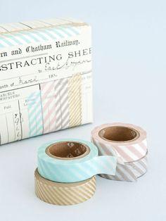 De ware cadeauinpakker heeft altijd meerdere soorten Masking Tape, papiertape, in huis. De simpelste cadeau's fleur je binnen no time op. Je kan het kopen bij de Bijenkorf of de Hema (de neppe versie).