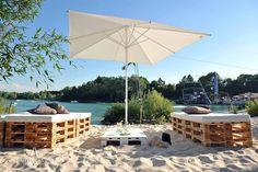 Beach life! ☀ Palletlounge, strandstoelen, parasols en statafels. Meer is er niet nodig voor een instant zomergevoel!
