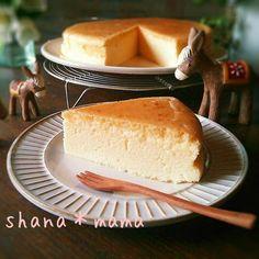 やっと納得のいくスフレチーズケーキが焼き上がりました!! シワなし♪割れなし♪しっとり濃厚♪ 生クリームなしのレシピですが、十分濃厚で美味しいです(*≧∀≦*)♪ 牛乳でこれだけ美味しいのに生クリームに変えたら…(〃)´艸`)オイシー♪