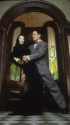 Anjelica Huston and Raul Julia in the 1991 film, The Addams Family Morticia Addams, Gomez And Morticia, Halloween Movies, Couple Halloween Costumes, Halloween 20, Halloween Couples, Addams Family Costumes, Raul Julia, Adams Family