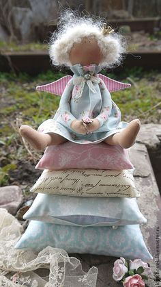 """Ana Rosa … """"the Queen"""" Felt Dolls, Crochet Dolls, Princess And The Pea, Angel Crafts, Waldorf Dolls, Primitive Christmas, Hello Dolly, Pastel, Diy Projects To Try"""