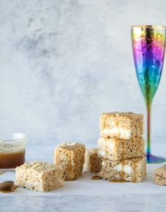 These brown rice krispie treats are extra special because they are made with champagne caramel sauce! Gooey, melty marshmallows and champagne caramel come togther to make these crispy, chewy squares an absolute delight. Desserts To Make, Holiday Desserts, Autumn Desserts, Holiday Treats, Rice Recipes For Dinner, Dessert Recipes, Reis Krispies, Brownie Bar, Rice Krispie Treats