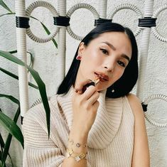 """There's really something about earth-toned lipsticks that's so effortlessly sophisticated! 🧡 I'm wearing 298 Brick Planet from L'Oréal…"" Heart Evangelista, Photo Heart, Van Cleef Arpels, Filipina, Loreal, Pink And Gold, People, How To Wear, Vintage"