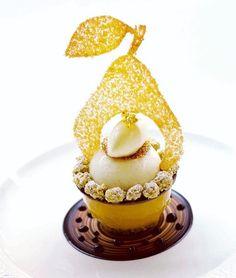 foudepatisserie Incroyable dessert poire, reglisse de @gregoire.ossiano a #dubai #pear #liquorice #chocolat