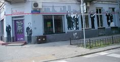 """Mural na lokalu """"Sens Nonsensu"""", skrzyżowanie ulic Wileńskiej i Zaokopowej, Praga, Warszawa."""