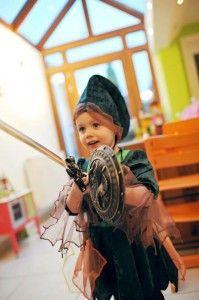 Avec un petit bouclier et une épée… c'était tout à fait cela. Un peu difficile de lui expliquer qu'il est déguisé en Link… cela sonne mieux « Zelda »… mais Zelda, c'est la princesse dans l'histoire… nous dirons donc Chevalier Zelda, chasseur de dragon pour sauver la princesse :)